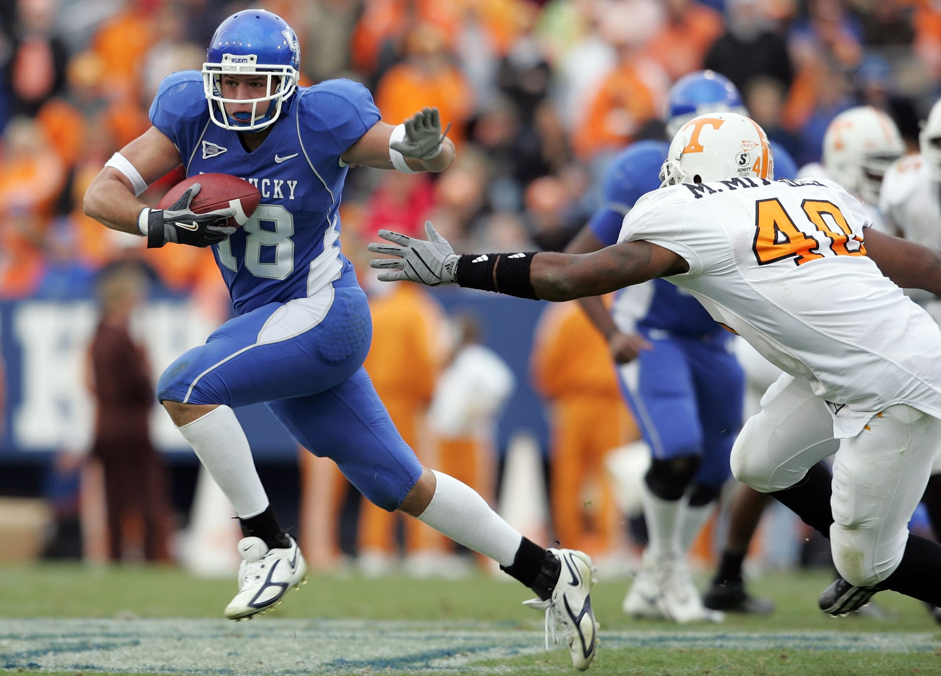 LEXINGTON, KY - NOVEMBER 26: Jacob Tamme #18 of the Kentucky Wildcats runs with the ball after a reception while defended by Marvin Mitchell #40 of the Tennessee Volunteers on November 26, 2005 at Commonwealth Stadium in Lexington, Kentucky. Tennessee won 27-8. (Photo by Andy Lyons/Getty Images)