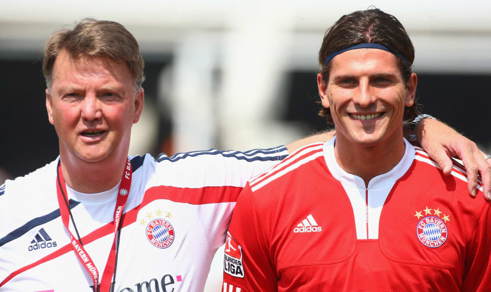 MUNICH, GERMANY - JULY 01: Head coach Louis van Gaal (L) and Mario Gomez look on during the FC Bayern Muenchen training session at Bayern's trainings ground Saebener Strasse on July 1, 2009 in Munich, Germany. (Photo by Alexander Hassenstein/Bongarts/Getty Images)